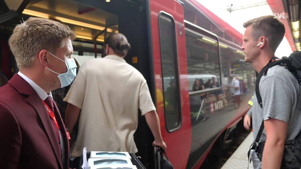 MTRX delar ut munskydd på tågen. SVT:s reporter Ylva Larsson frågade folk på centralstationen i Stockholm om hur hur de ser på munskydd.