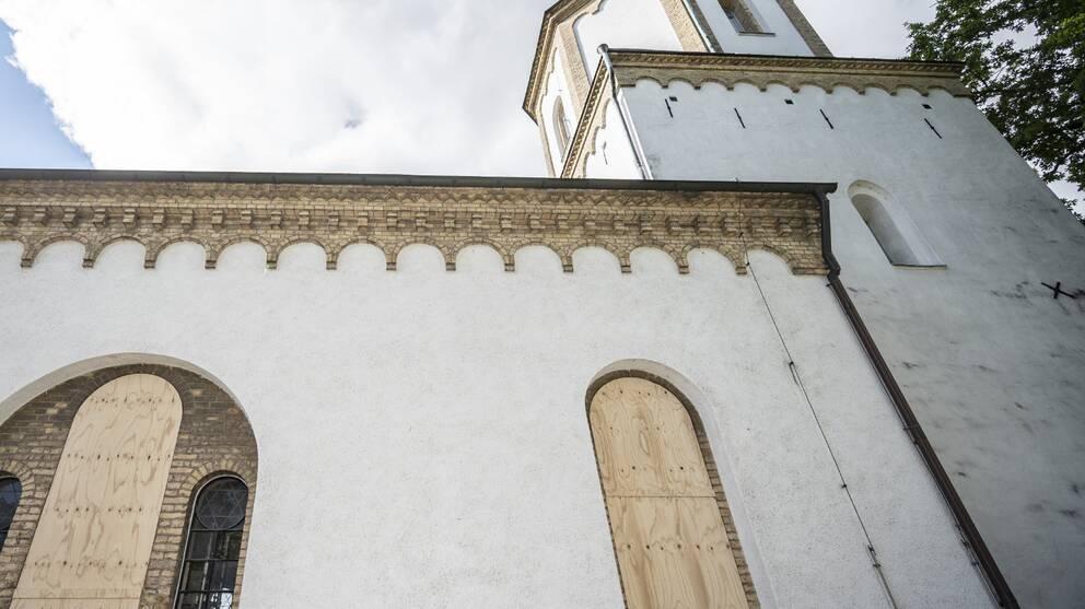 Trasiga fönster på Västra Skrävlinge kyrka i Malmö ersatta med träskivor
