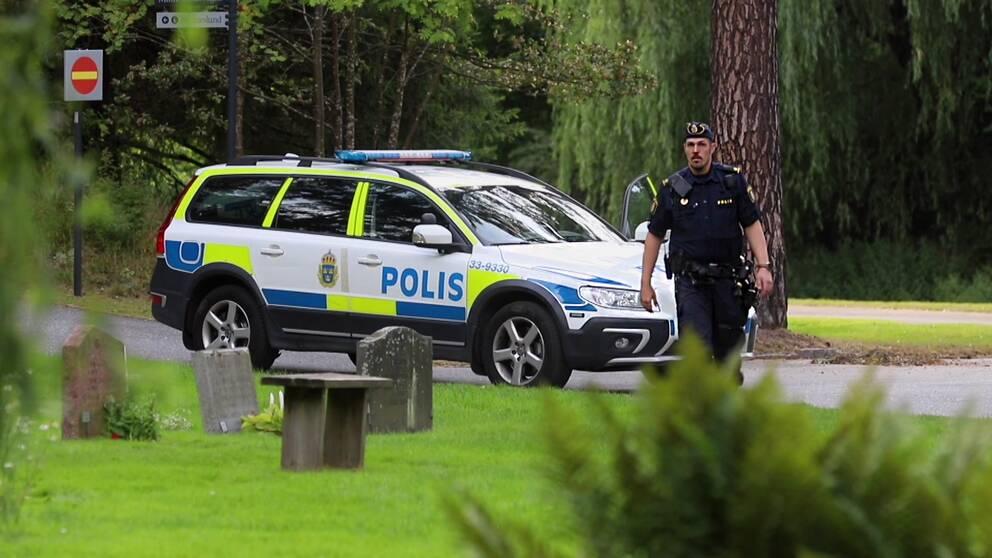 Polis på kyrkogården i Solna.