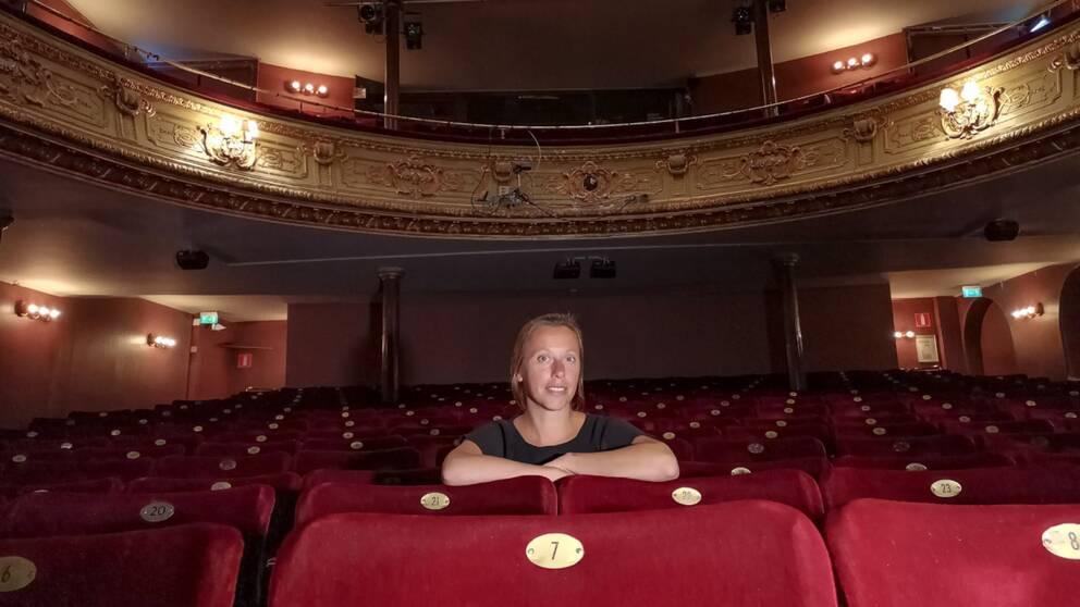 katrien Vanhaverbeke, sektionschef på SKR sitter i en tom sal på Södera teatern.