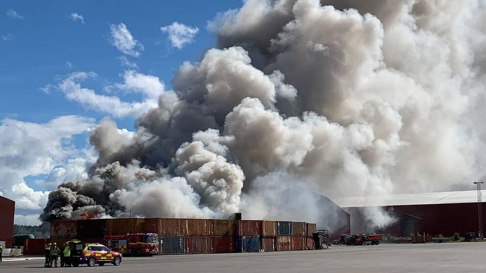Omfattande brand i Östhammar – 3000 ton skrot i lågor.