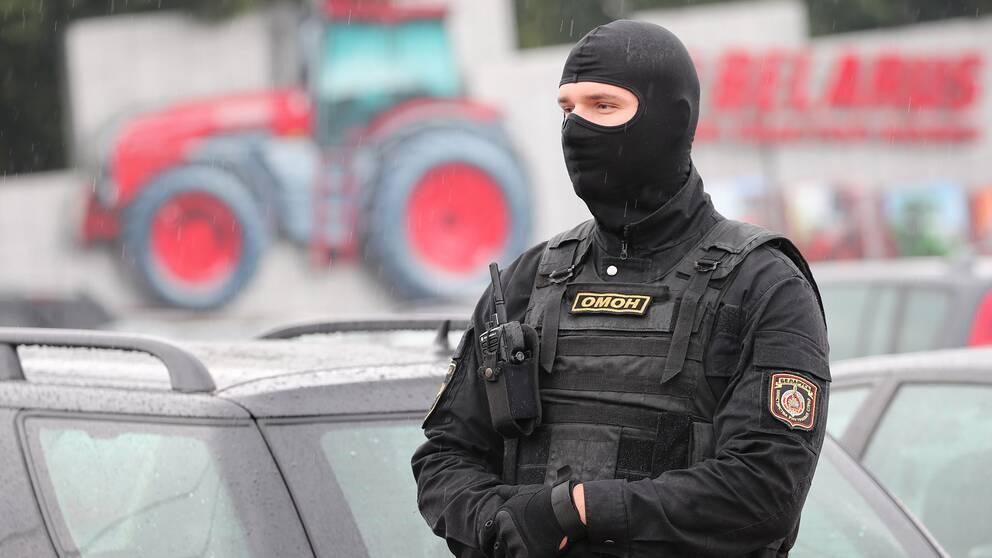 En kravallpolis utanför traktorpolisen i Minsk