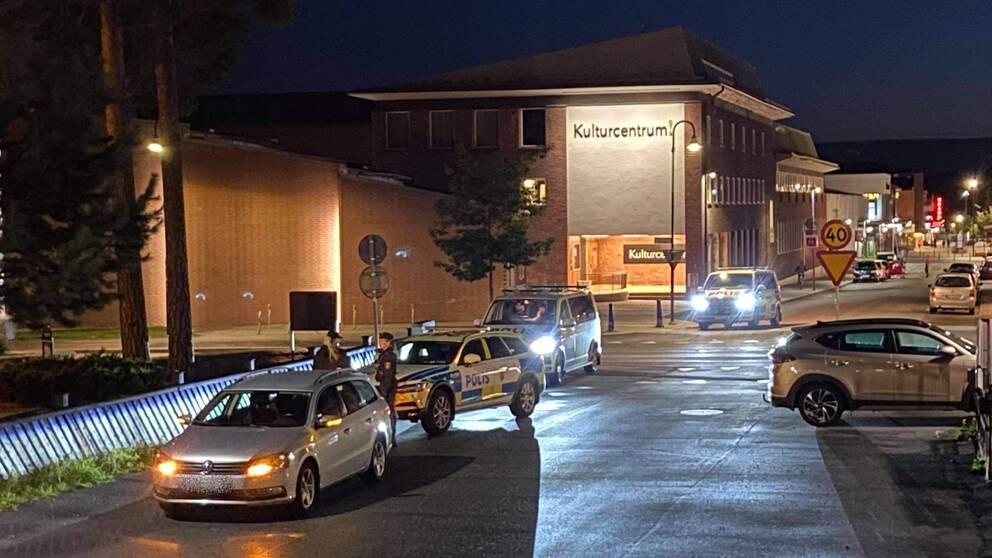 polisbilar och bilar på gatan vid Kulturcentrum i Sandviken, två poliser pratar