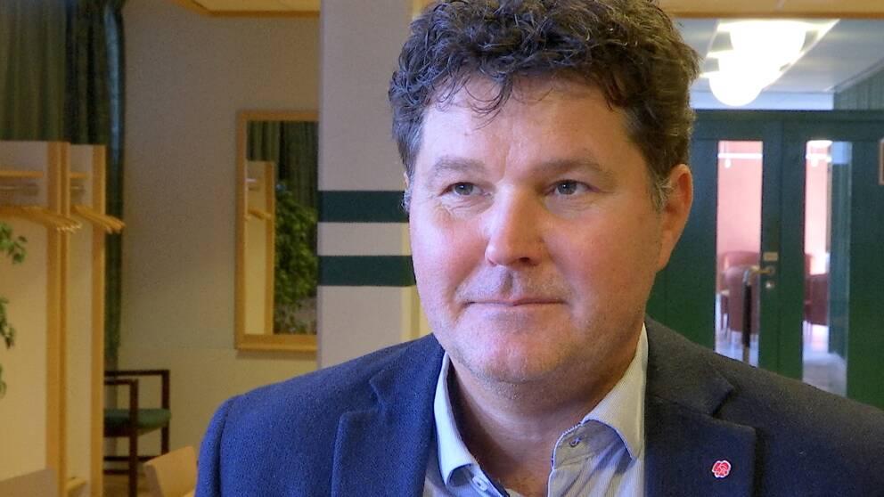 Regionråd Peter Olofsson (S) intervjuas inomhus