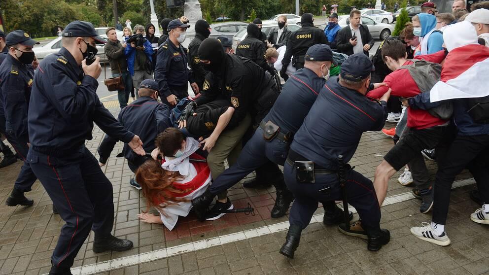 Polisen griper studenter som protesterade under tisdagen i Minsk