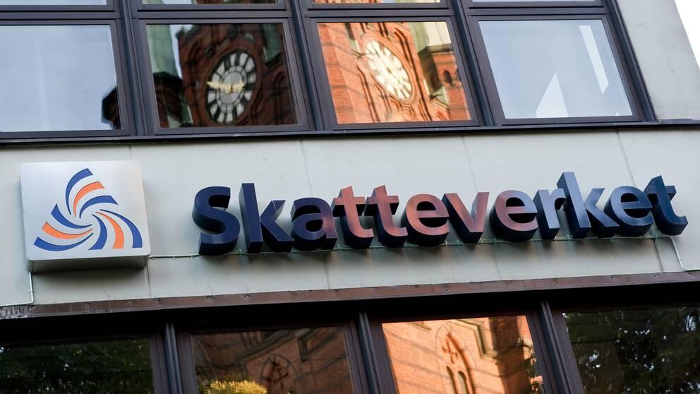 En husfasad med Skatteverkets logotyp.