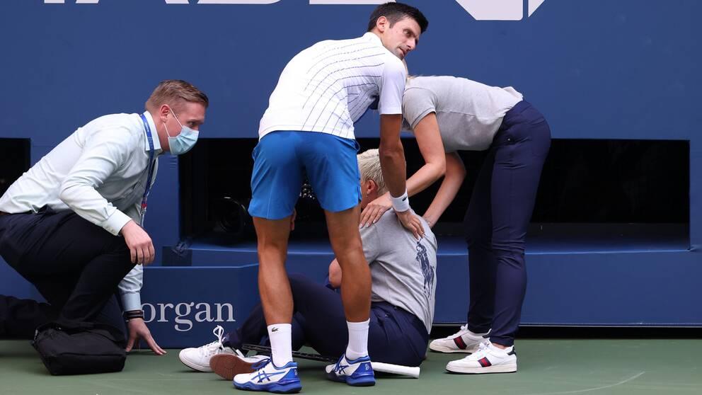 Novak Djokovic är diskad och ute ur US Open.