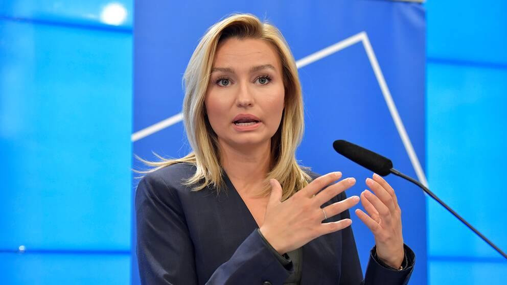– Svenska fängelser är i princip fulla i dag. En anledning är att nästan 30 procent av fångarna är utländska medborgare, som borde avtjäna straffen i sina hemländer, säger Ebba Busch.