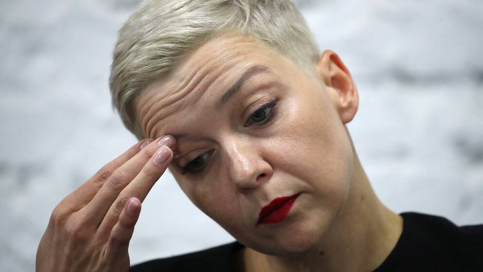 Oppositionspolitikern Maria Kolesnikova tar sig för pannan.
