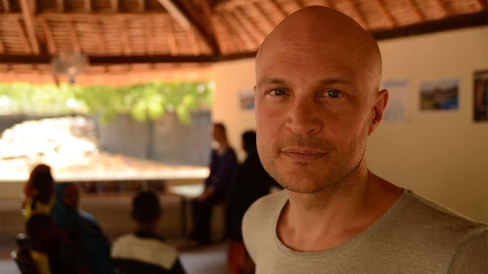 SVT:s reporter Fredrik Önnevall på plats i Kenya.