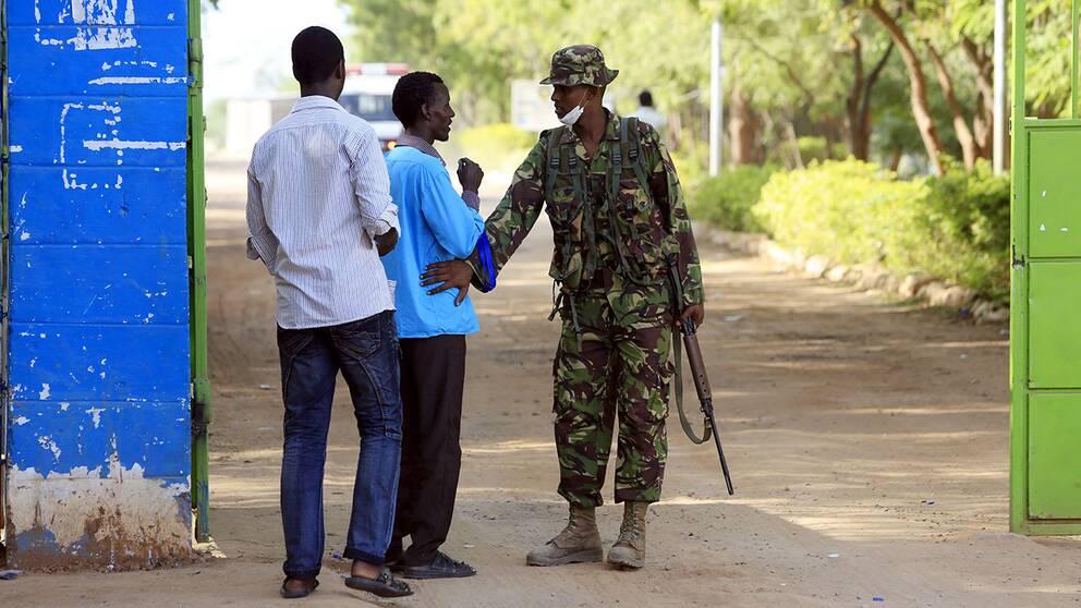 """Kenyansk frilansjournalisten Alinoor Moulid, befinner sig i Garissa. Han beskriver läget i staden som lugnt men med med stark närvaro av polis och militär. """"Just nu är den största rädslan att fler attacker ska vara planerade"""", säger Moulid."""