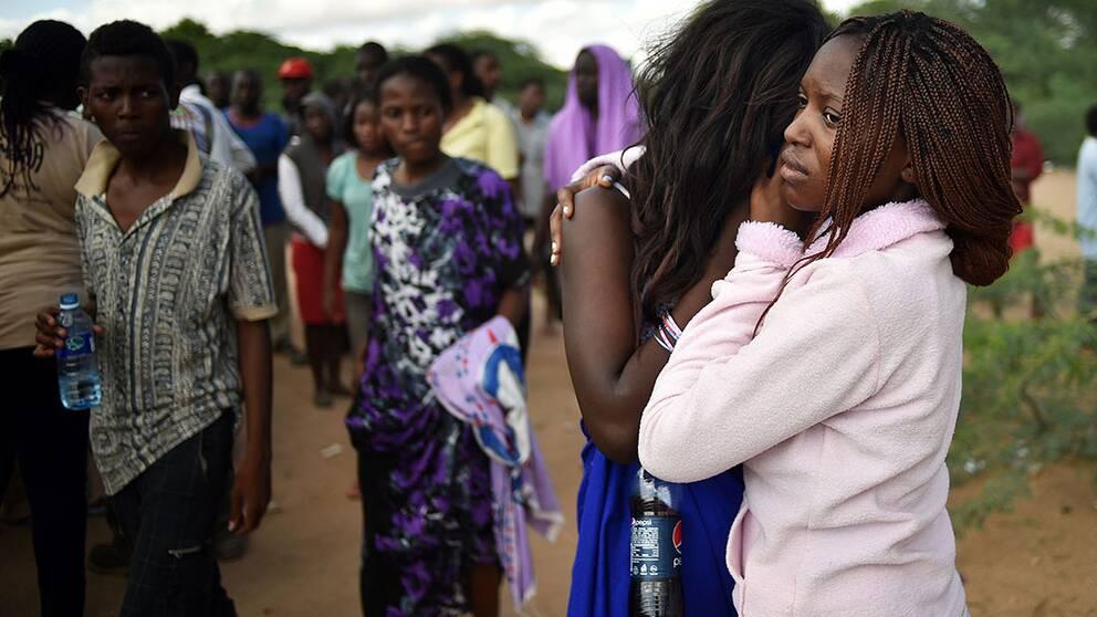 Studenter som evakuerats från sitt universitet efter den attack som dödade 147 personer i Garissa, Kenya, på skärtorsdagen. Samtidigt lovar Kenyas inrikesminister att landet inte kommer att böja sig för terroristhot.