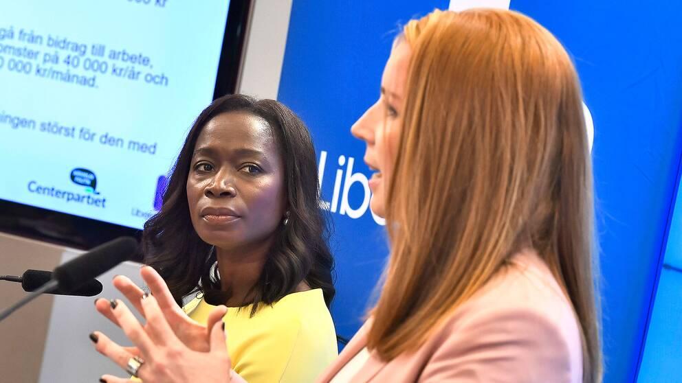 Nyamko SAbuni (L) och Annie Lööf (C) presenterar inkomstskattesänkningarna i höstbudgeten