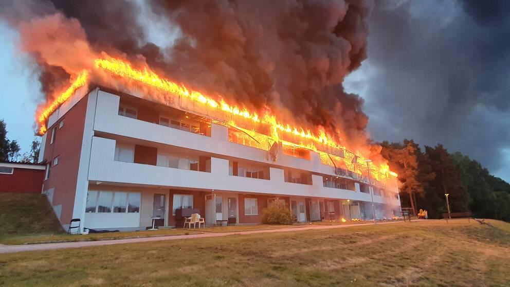 avlångt hus med loftgång, full brand på taket och översta våningen.