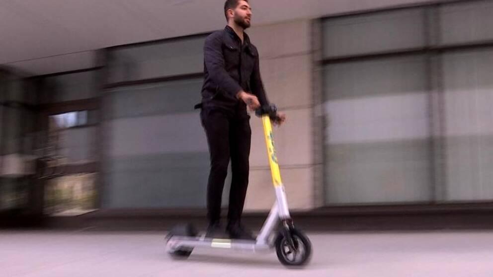 Ronny Malik på elsparkscykel