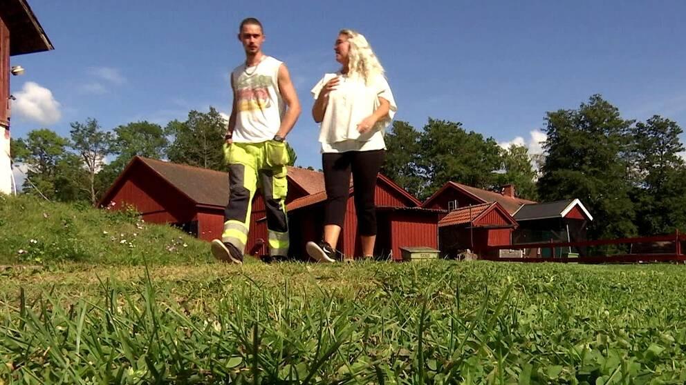 Joakim Olsen i Kristinehamn är en av de unga som är arbetslös. Han hoppas på ett jobb inom bygg- och anläggningsbranschen och förbereder sig för arbetslivet vid Östervik stadsbondgård i Kristinehamn där vi träffar honom.