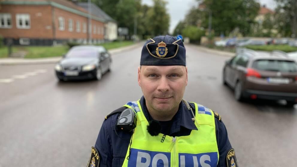 Björn Thunberg är trafikpolis i Eskilstuna. Han stoppar och bötfäller många rattsurfare.