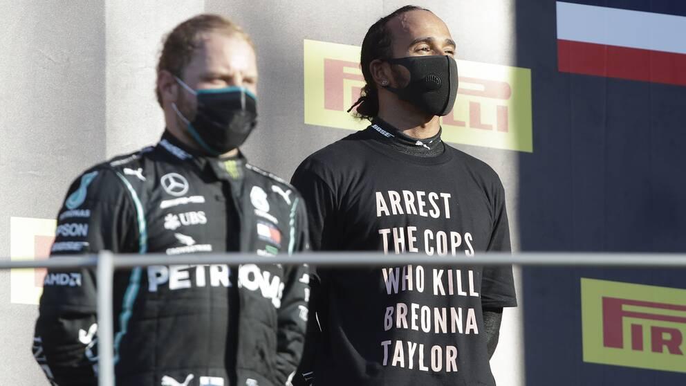 Lewis Hamilton med ett politiskt budskap på tröjan. Nu utreds han av av internationella bilsportsförbundet.