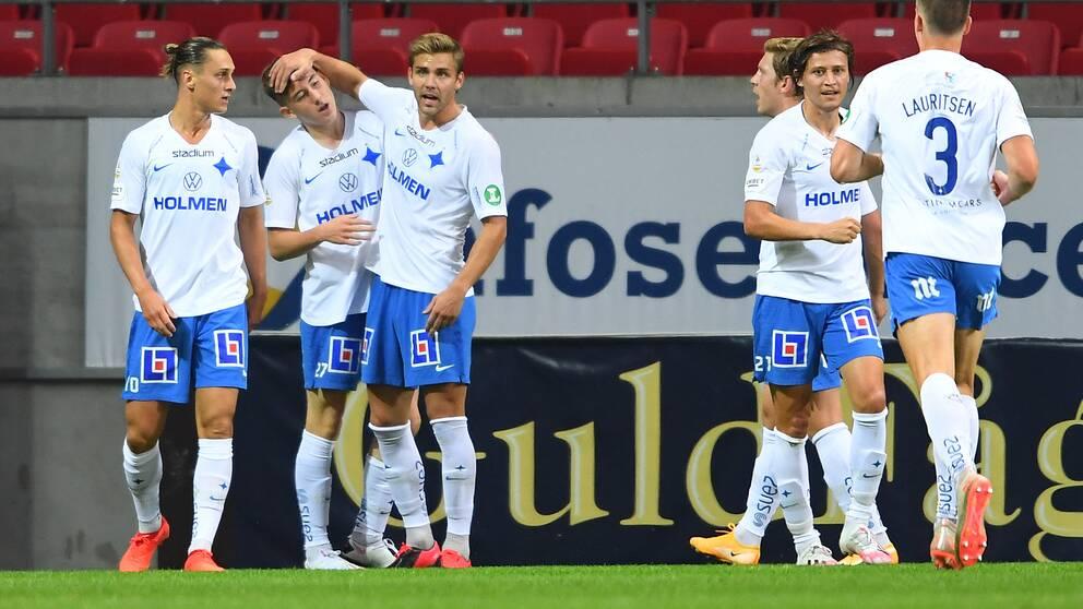 Norrköpings Ísak Bergmann Jóhannesson (tvåa från vänster) klappas om efter sitt 0-1-mål.