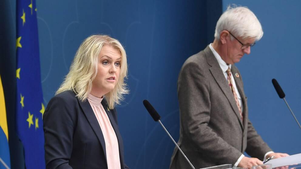 Socialminister Lena Hallengren (S) och Folkhälsomyndighetens generaldirektör Johan Carlson