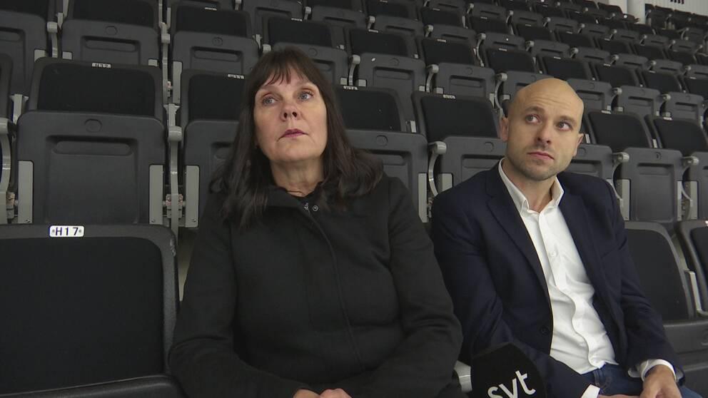 Till vänster i bild syns Sari Laaksonen, ordförande för ishockeysektionen vid Kiruna AIF. Till höger i bild sitter kassören Andreas Kemi.