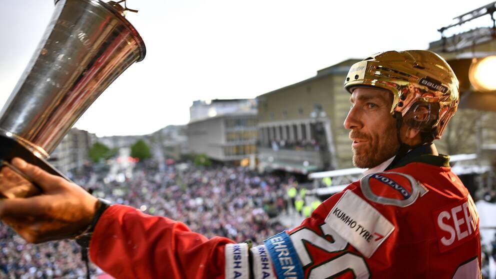 Le Mat-pokalen är fortfarande i Frölundas och lagkaptenen Joel Lundqvists ägo efter guldet 2018–1209. Arkivbild.