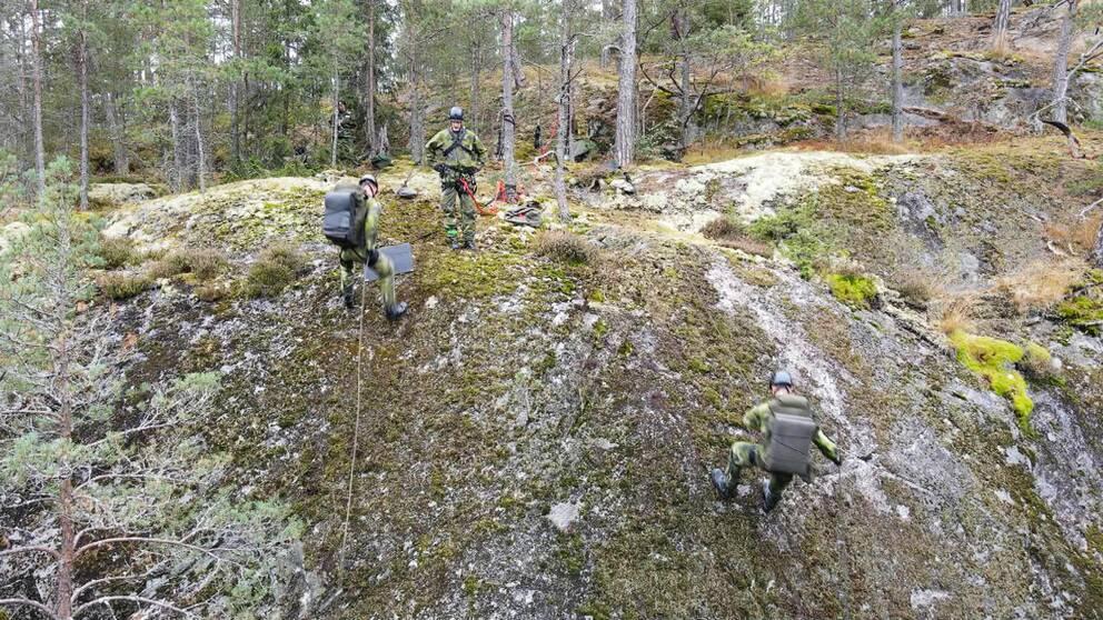 Militärer firar ner sig för berg i Stockholmsområdet.