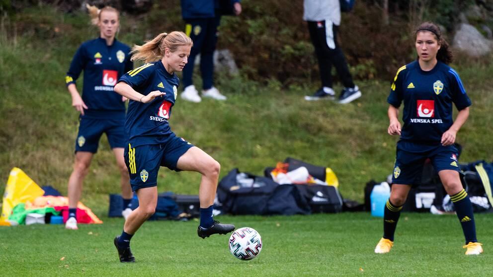 Anna Anvegård med bollen under en träning.