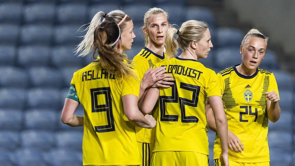 Sofia Jakobsson, Hanna Glas, Kosovare Asllani, Rebecka Blomqvist och Hanna Bennison jublar efter ett mål.