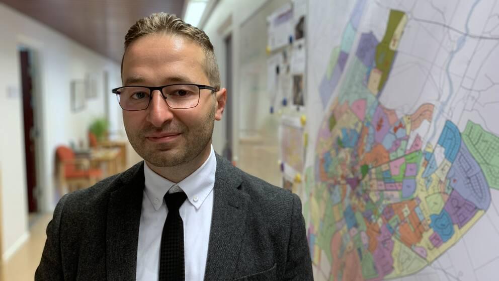 Samer Aiyan på sin arbetsplats, det tekniska kontoret i Ljungby kommun