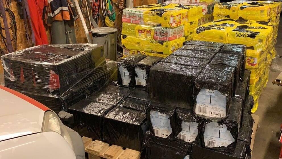 Bild på inplastad kartonger på lastpallar
