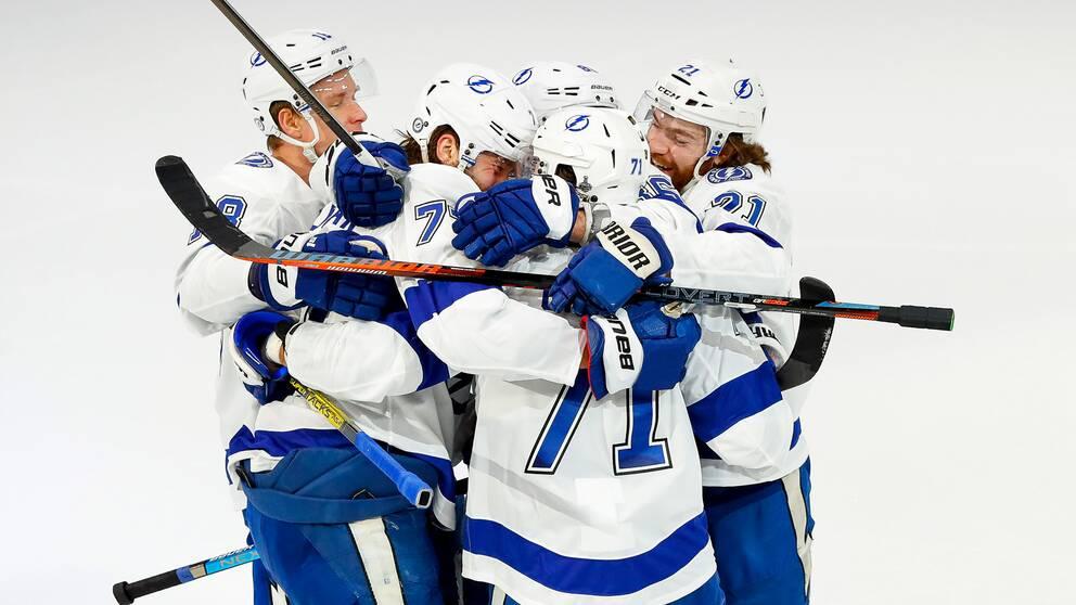 Victor Hedman kramas med lagkamrater efter ett mål.