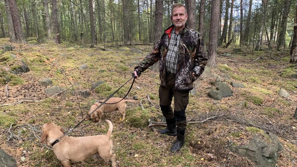 Jaktledaren Anders Wiklund tillsammans med sina jakthundar.