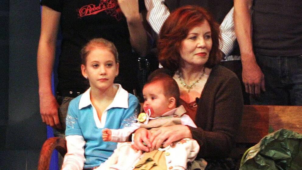 I bilden från 2005 är den då 55-åriga Annegret Raunigh (tvåa från vänster) med i ett tv-program med barn och barnbarn.