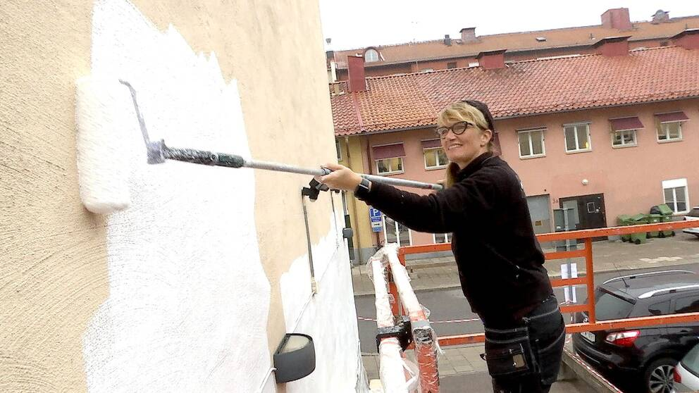 Stina Folkebrant grundmålar vägg