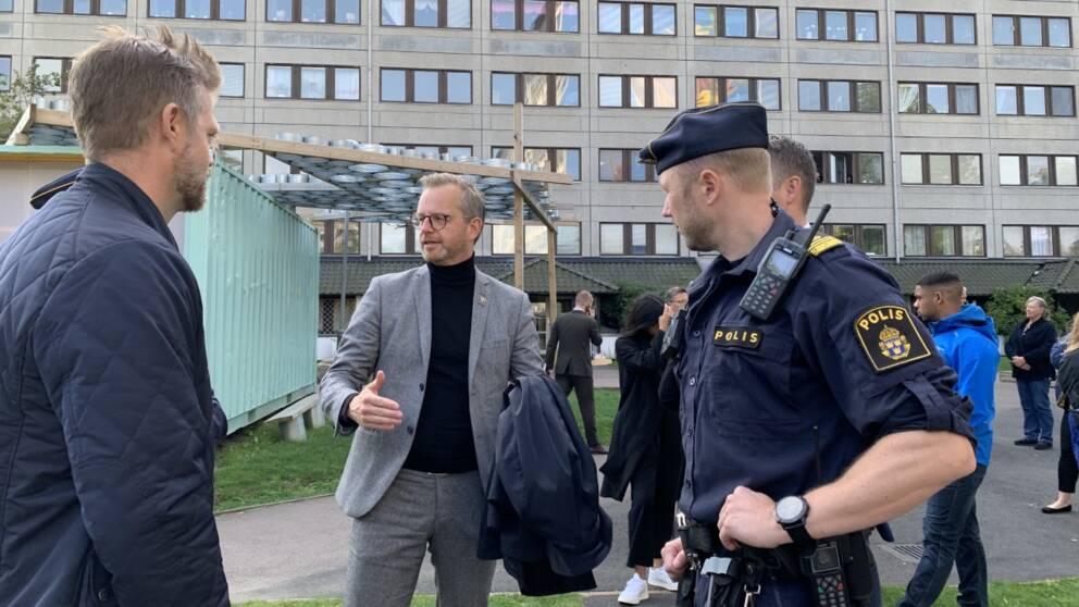 Inrikesminister Mikael Damberg (S) på besök i Hammarkullen.