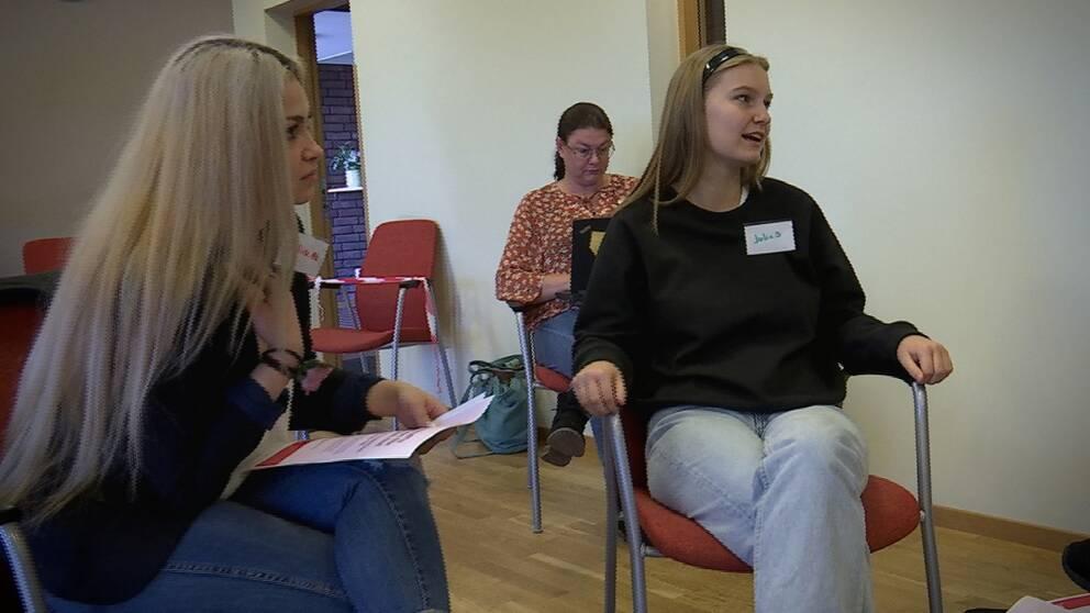 Julia Nicola och Julia Burghardt från Hultsfreds gymnasium är två av Kalmar läns totalt fyrtio nya coronaambassadörer.