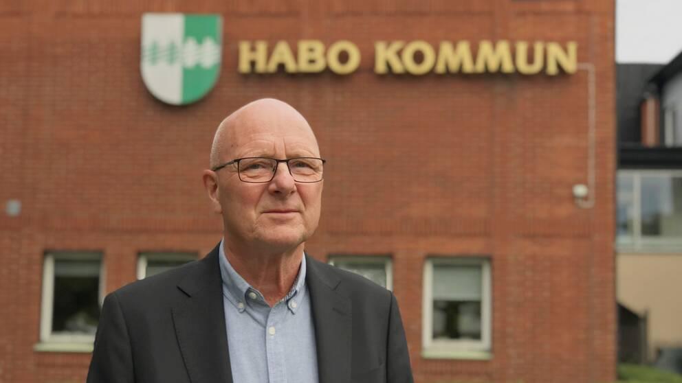 Gunnar Pettersson framför kommunhuset i Habo