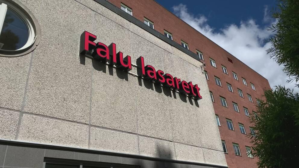 Falu lasarett-skylt från fasaden.