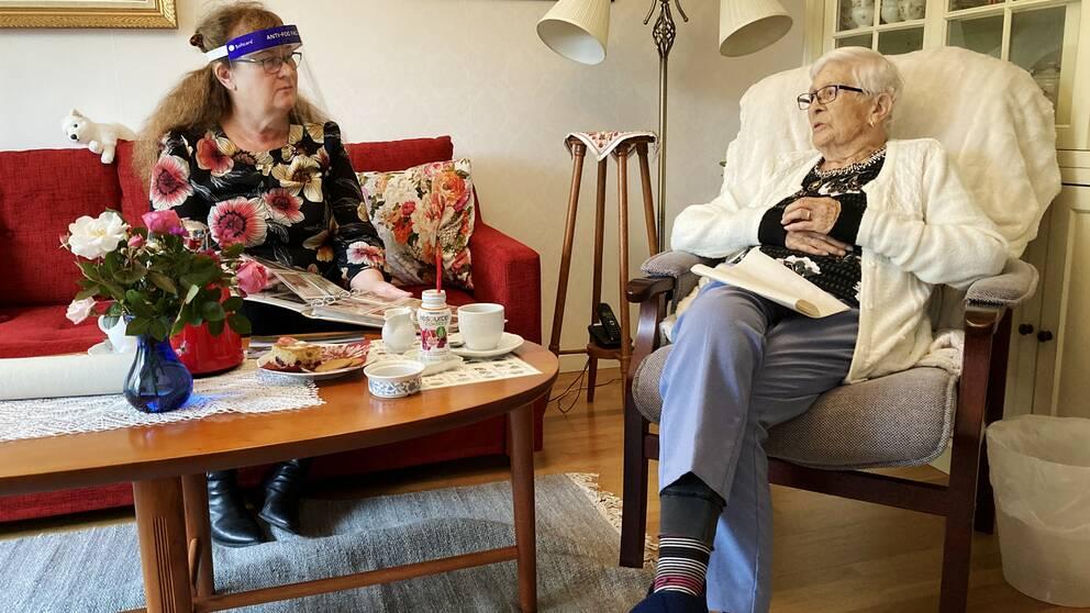 Dotter Solveig Borgeest på besök hos mamma Hanna Wesslén på äldreboendet Rosenborg i Näsviken.