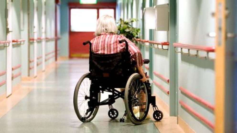 Äldre kvinna i rullstol på äldreboende.