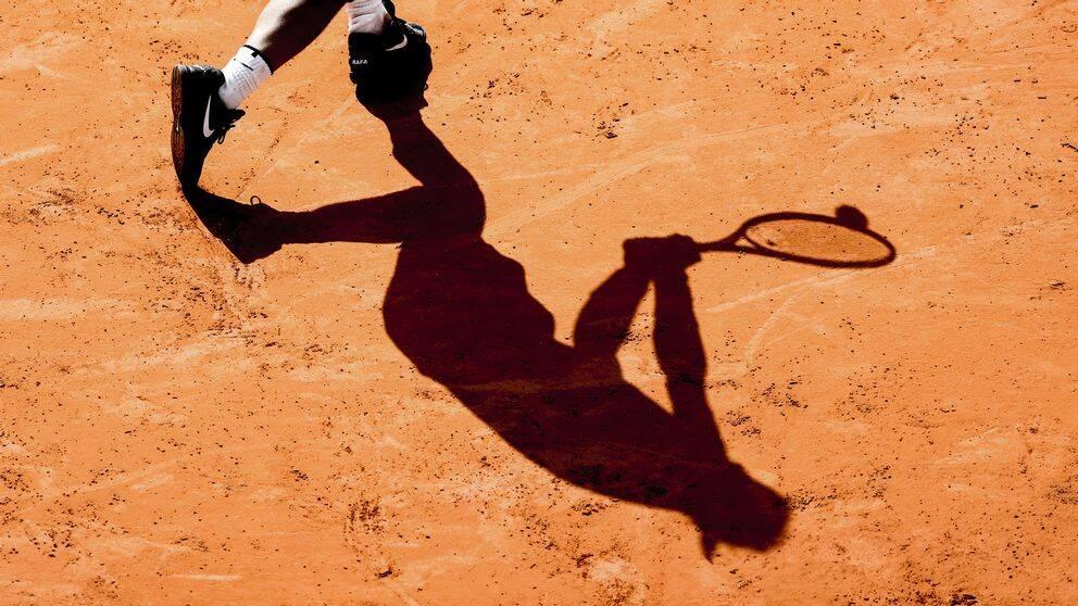 En tennisspelare på grus.