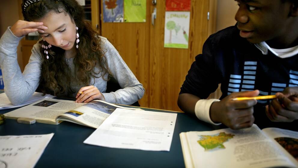 En flicka och en pojke som får språkundervisning.
