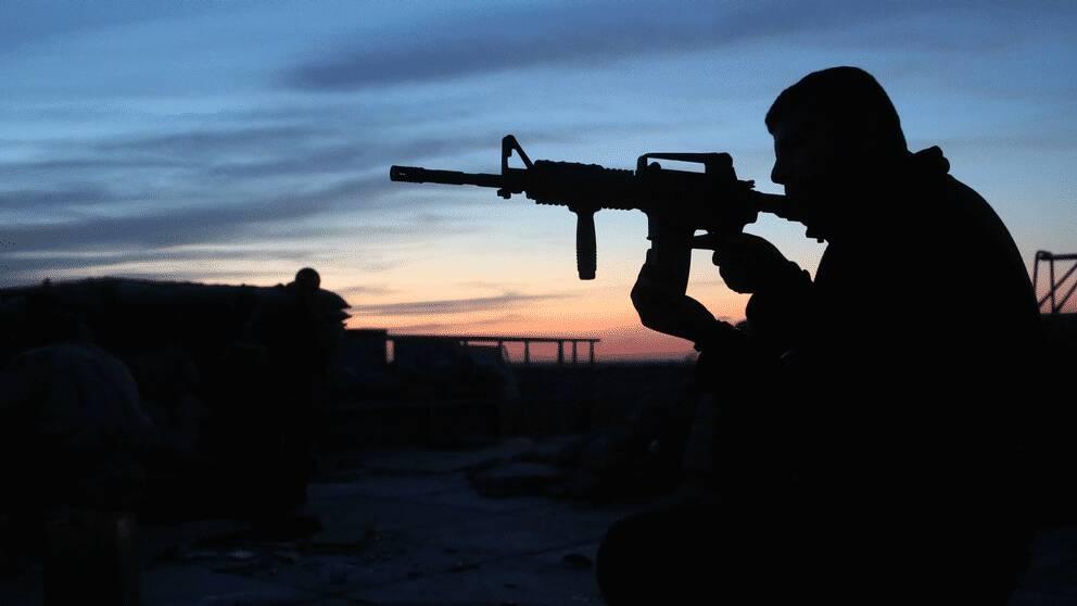 En irakisk soldat som strider mot IS. Enligt Hans Brun är de flesta inom IS också irakier.