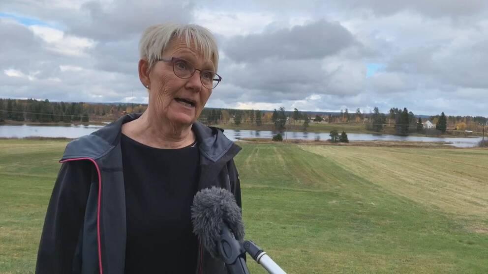 Närbild på Marita Eriksson som intervjuas utomhus.