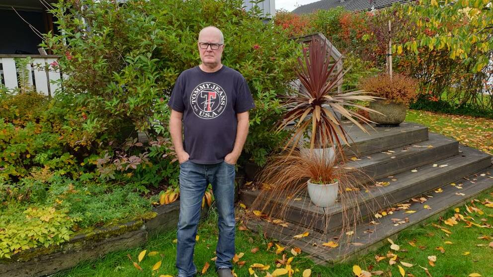 Urban Wikander står i sin trädgård på Mariebo i Jönköping.
