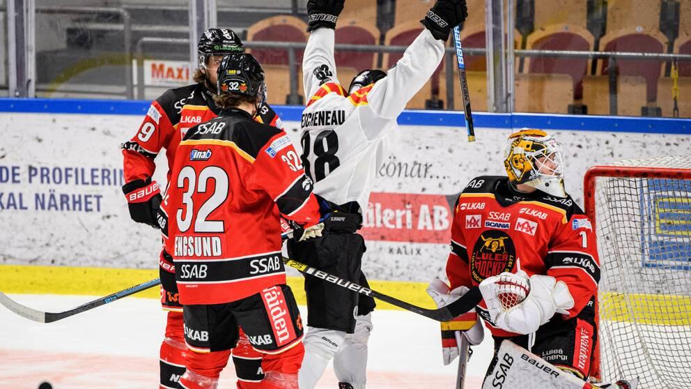 Brynäs Jaedon Descheneau jublar framför Luleås målvakt Jesper Wallstedt efter 0-1 av John Nyberg, ej i bild, under ishockeymatchen i SHL mellan Luleå och Brynäs den 10 oktober 2020 i Luleå.