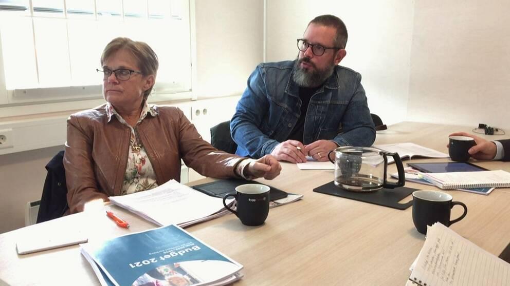 Ann-Charlotte Stenkil (M), kommunstyrelsens ordförande i Varberg, och Tobias Carlsson (L) sitter med budgeten.
