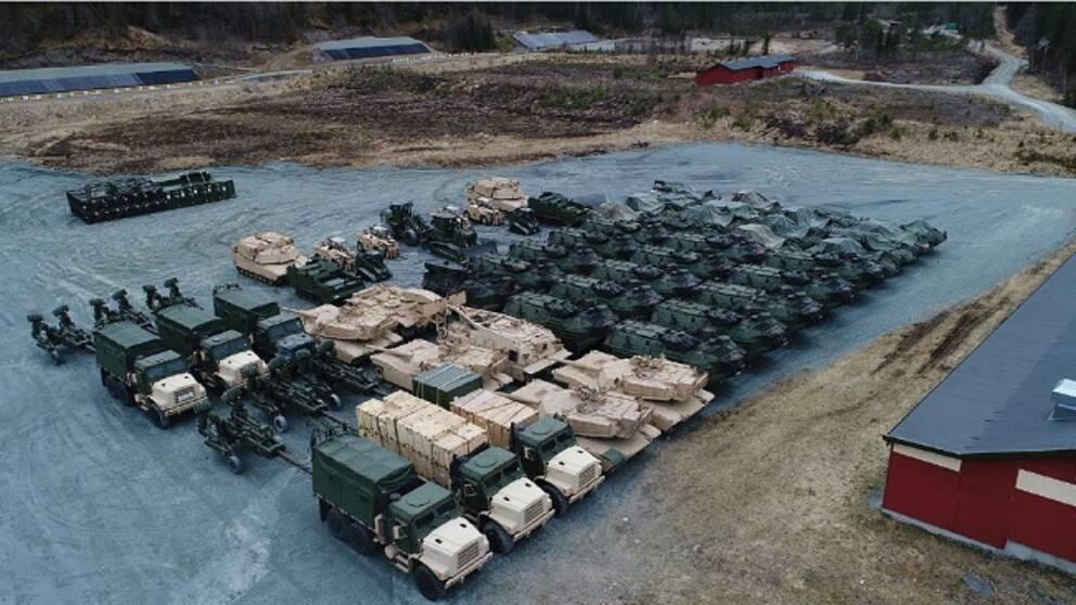 Några av amerikanska marinkårens stridsfordon som förhandslagras i bergrum i Norge.