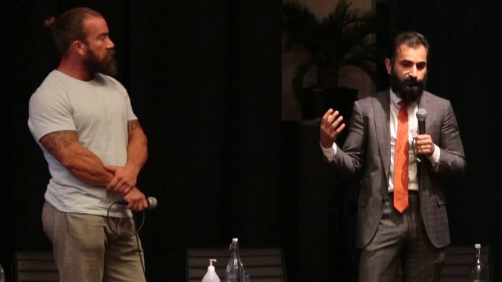 Jan Emanuel Johansson och Hanif Bali pratar på en scen.